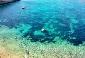 Pohled na zátoku na Maltě s čistě modrou barvou