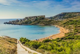 Pohled na písečné pláže na Mellieha, Malta