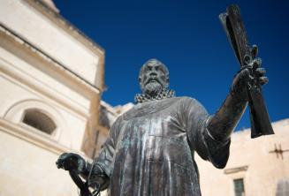 Socha muže držícího pergamen