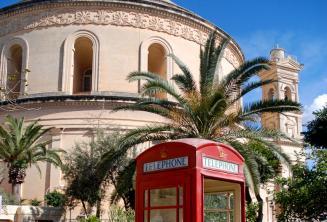 Červená telefoní budka v Mosta vedle Rotundy
