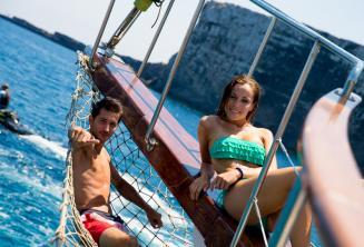 Dva studenti si užívají pohody na palubě lodi.