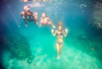 Tři kamarádi se potápějí