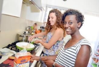 Studentka pomáhá s přípravou večeře v rodině