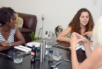 Studenti u večeře se svou hostitelskou rodinou v St Julians