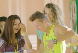 Studenti se smějí a tancují o přestávce