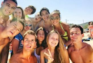 Studenti jazykové školy na pláži dělají obličeje