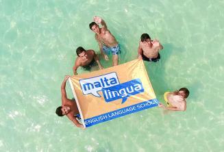 Studenti kurzu pro náctileté v Blue Lagoon, Malta