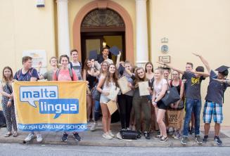 Skupinové foto z jazykového kurzu pro náctileté na Maltě