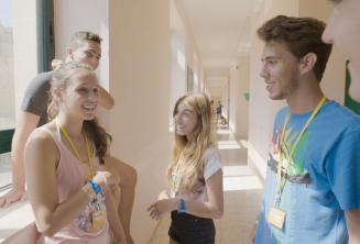 Studenti si povídají v naší letní jazykové škole