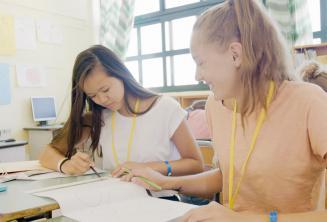 2 dívky spolupracují při hodině angličtiny