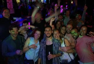 Skupina studentů a zaměstnanců školy se baví v jednom z klubů v Paceville
