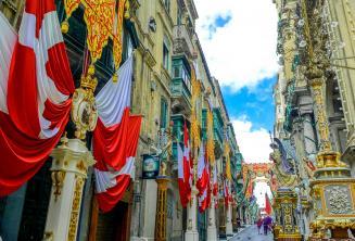 Ulice Valletty na Maltě, vyzdobené vlajkami