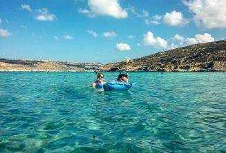 Studenti jazykové školy plavají v Blue Lagoon na Cominu