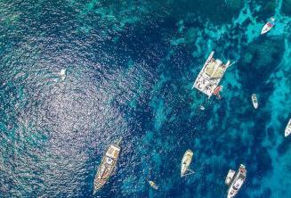 Foto lodí v Crystal Bay na Cominu